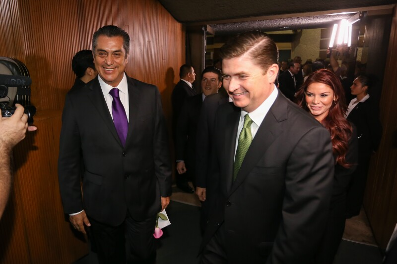 El gobernador independiente, durante su toma de protesta junto con el exgobernador Rodrigo Medina.
