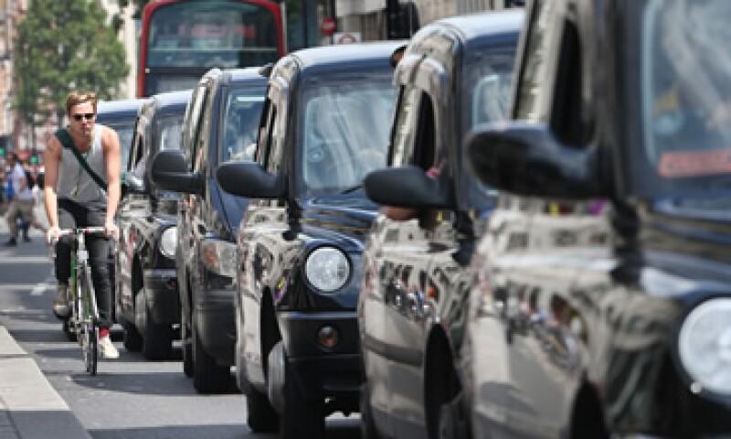 Los taxistas de Londres se sujetan a un estricto adiestramiento y a varias regulaciones que Uber no tiene. (Foto: Getty Images/Archivo )