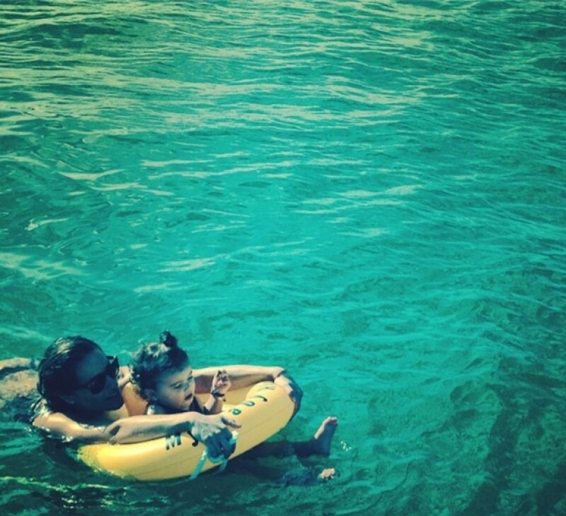 La pequeña Erin parecía disfrutar del agua igual que sus papás, quienes han demostrado ser adictos a los deportes actuáticos.