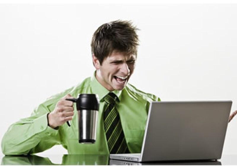 Escuchar música y navegar en Internet contribuyen a aliviar el estrés laboral. (Foto: Jupiter Images)