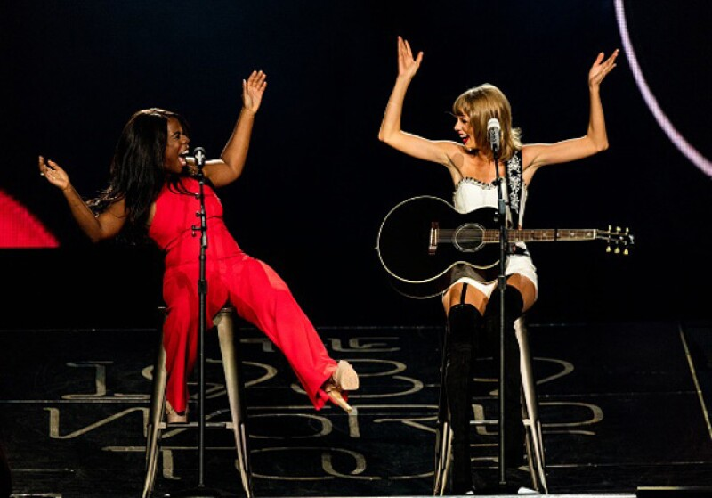Uzo Aduba, estrella de la serie Orange Is The New Black se integró a uno de los conciertos de Taylor Swift, ofreciendo un show increíble.