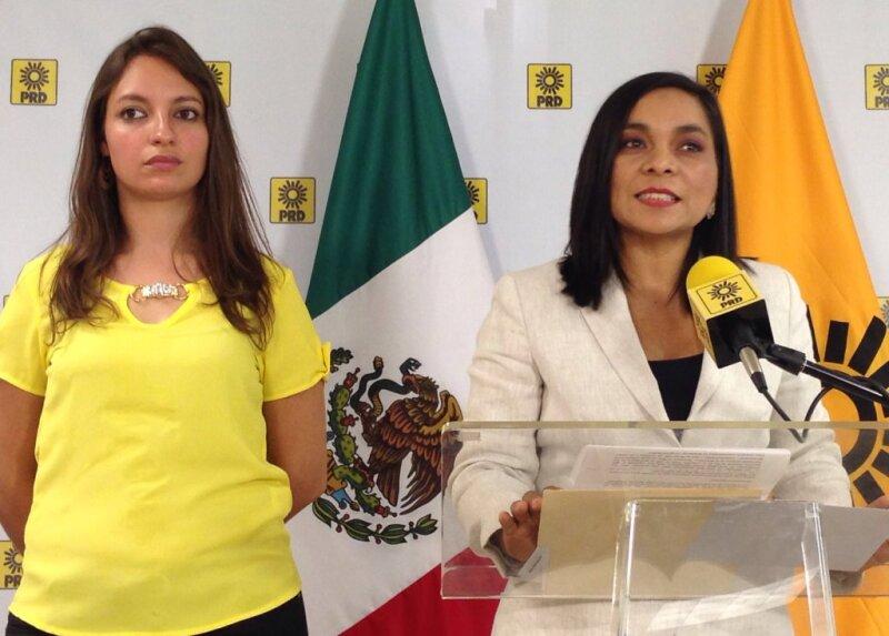 La secretaria de comunicación, Ana Montaño (derecha) y la secretaria general del partido, Beatriz Mojica (izquierda) pidieron al secretario de gobernación que explique el uso de recursos del Fonden en las campañas electorales.