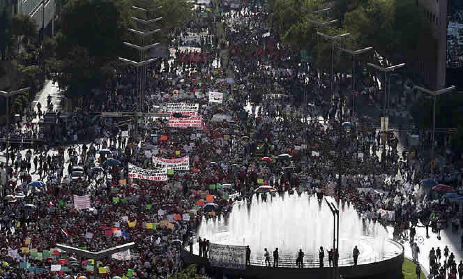 Activistas realizaron el jueves una marcha de apoyo al Sindicato de Electricistas en el DF y ayer su líder, Martín Esparza, se reunió con Segob. Mientras los ex trabajadores piden derogar la extinción de Luz y Fuerza, el gobierno dice que eso no está a di