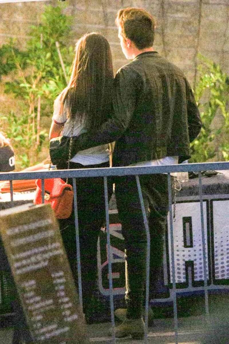 Brooklyn rodeó románticamente la cintura de la actriz en el evento.