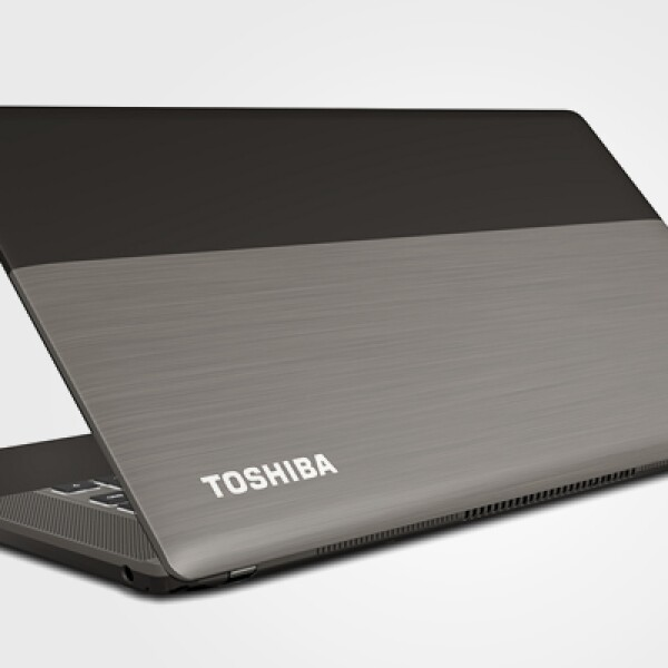 Está fabricada en aluminio, lo que le da un acabado suave al tacto y un peso de 1.73 kilogramos.