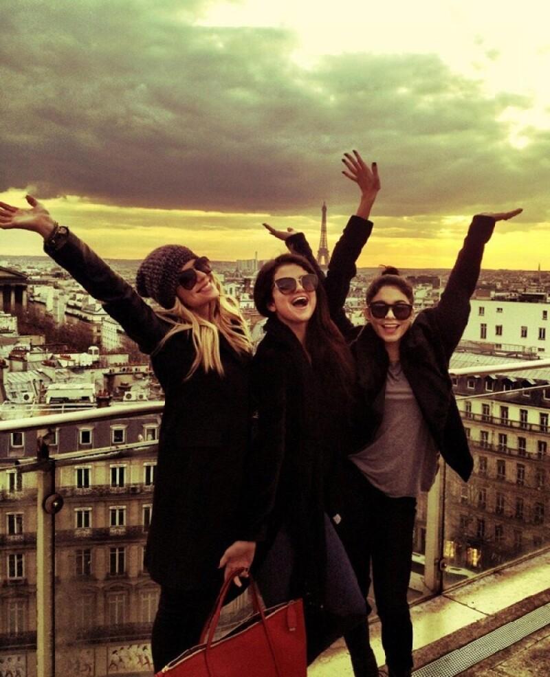 Se dice que la joven necesitaba divertirse un tiempo con amigas, por lo que decidió viajar a París con Ashley Benson y Vanessa Hudgens.