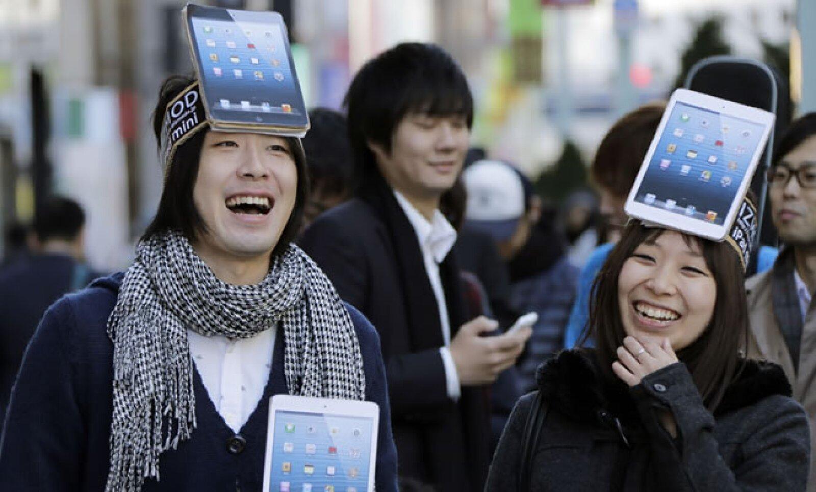 Kota Suzuki y Mio Kawa, listos en la fila para comprar la iPad mini la mañana del viernes en Tokio.