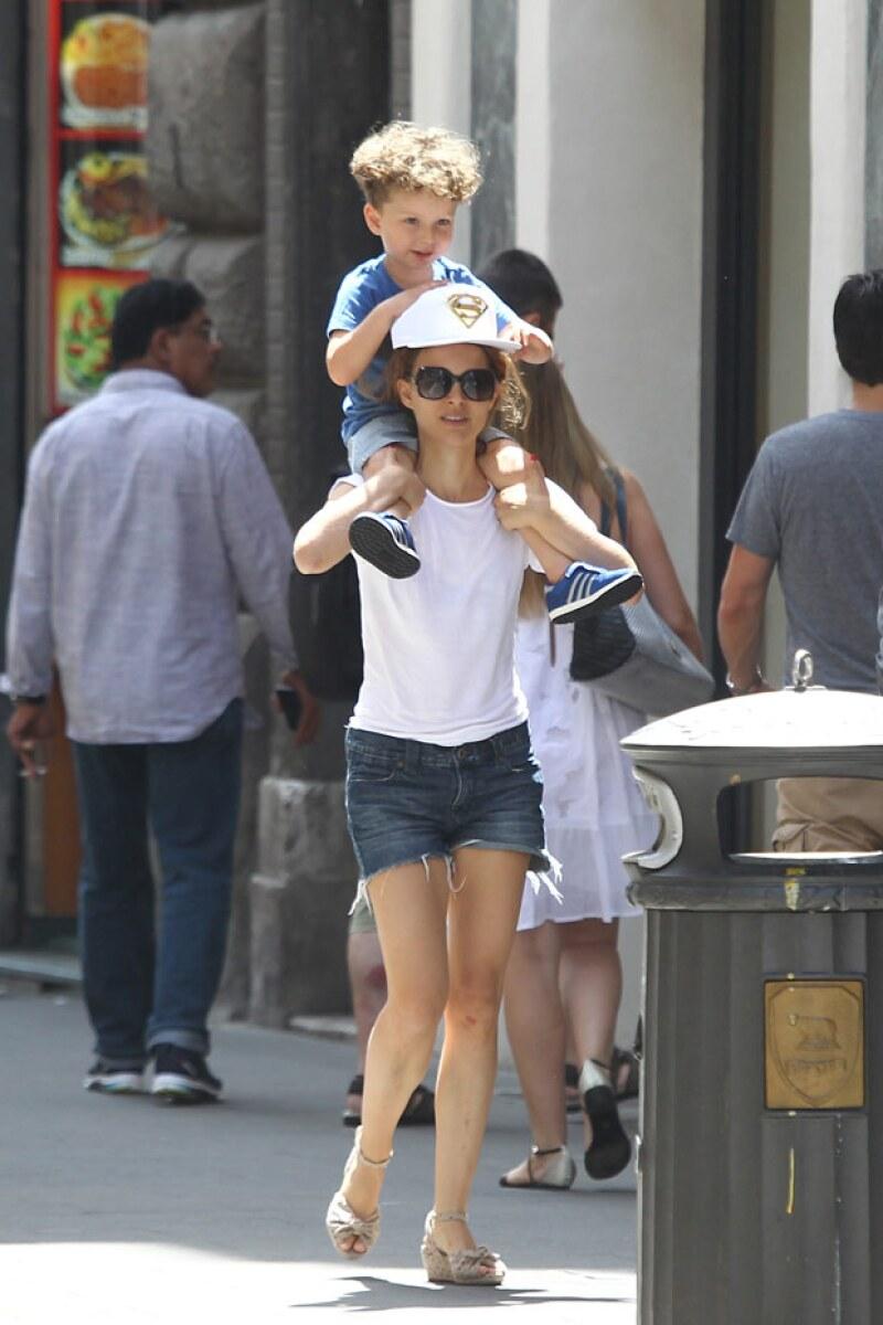 La guapa actriz se encuentra visitando la ciudad italiana como toda una turista en compañía de su esposo Benjamin y su hijo Aleph.