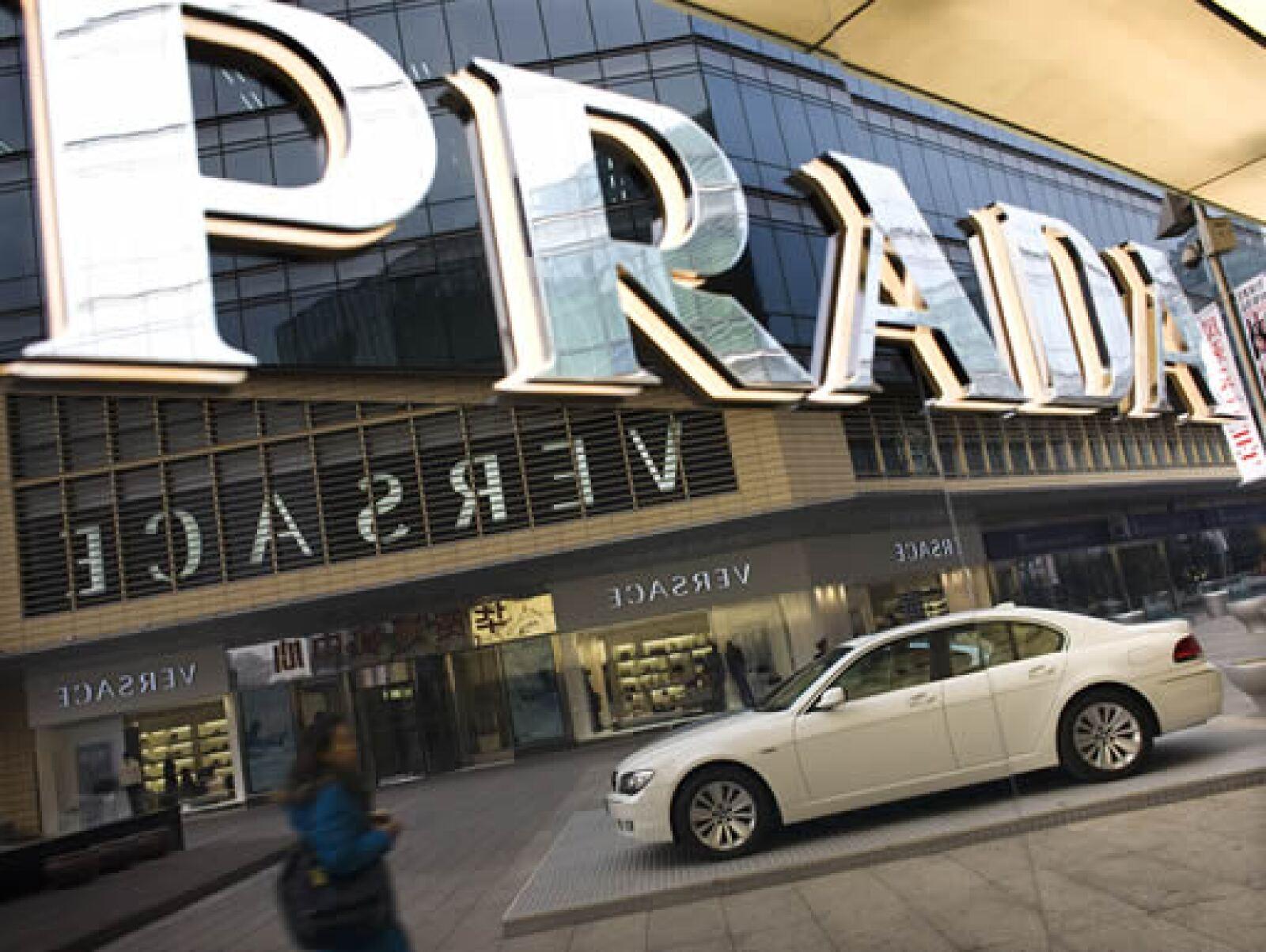 Boutiques de lujo como Prada y Versace, y autos deportivos, adornan las calles de Pekín.