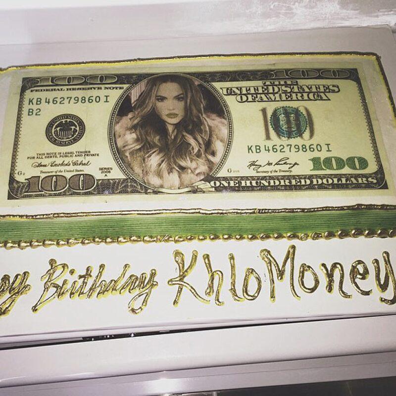 La encargada del pastel fue ni más ni menos que Kylie, quien publicó un vistazo del aspecto de éste antes de soplarle a las velitas.