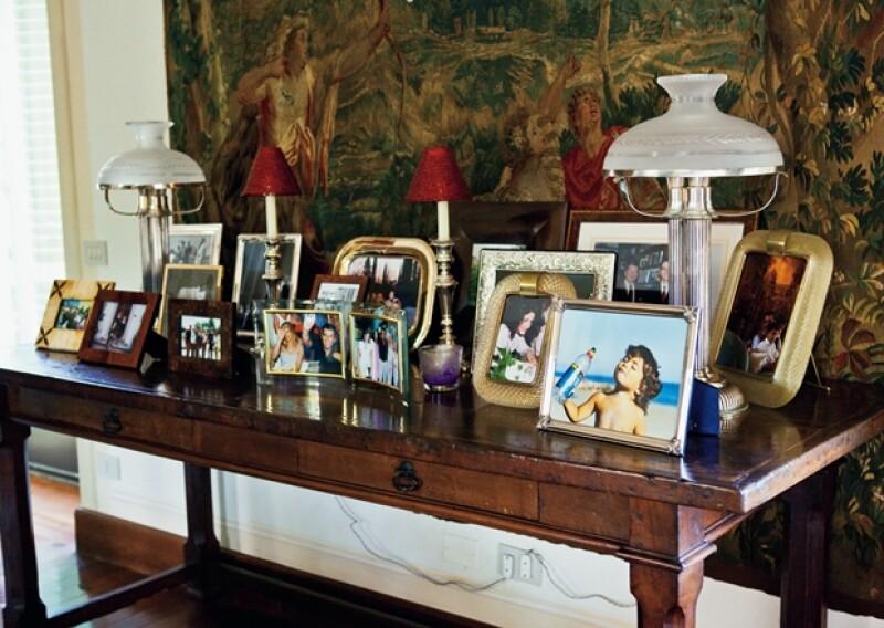 CON HISTORIA. La casa está llena de fotos de diferentes personalidades con las que ha tenido relación, como la reina Isabel II y Condoleezza Rice.
