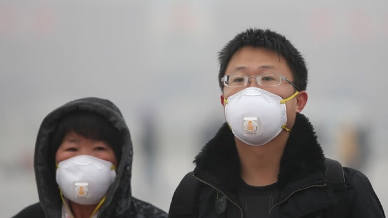 Chinos usan mascaras contra el smog