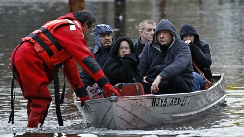 un rescatista ayuda a un grupo de personas