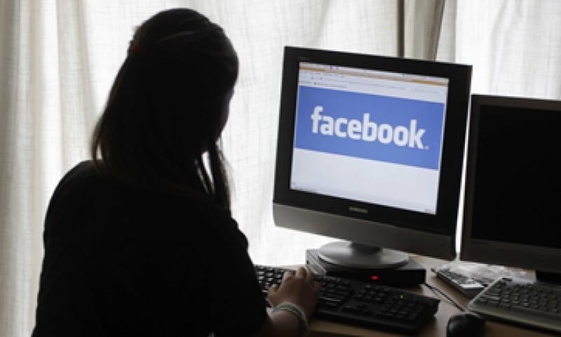 Envíar correo baura por e-mail cuesta 4.4 dólares pero anunciarse en Facebook, sólo 10 centavos: expertos. (Foto: AP)