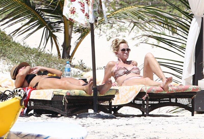 Las tres famosas fueron captadas descansando a la orilla del mar y disfrutando del cálido clima del destino mexicano.