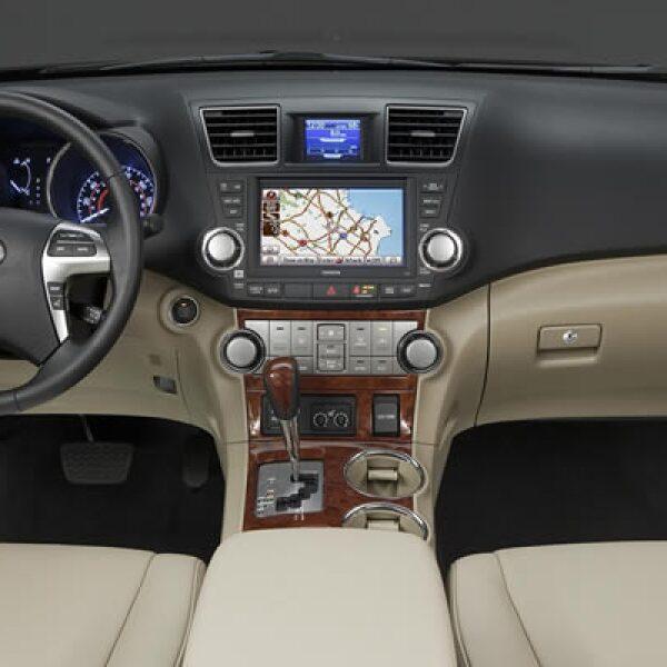 Las salidas del sistema de aire ahora están acentuadas con elementos metálicos en la versión Limited 4WD, que también está equipada con un espejo retrovisor con brújula.