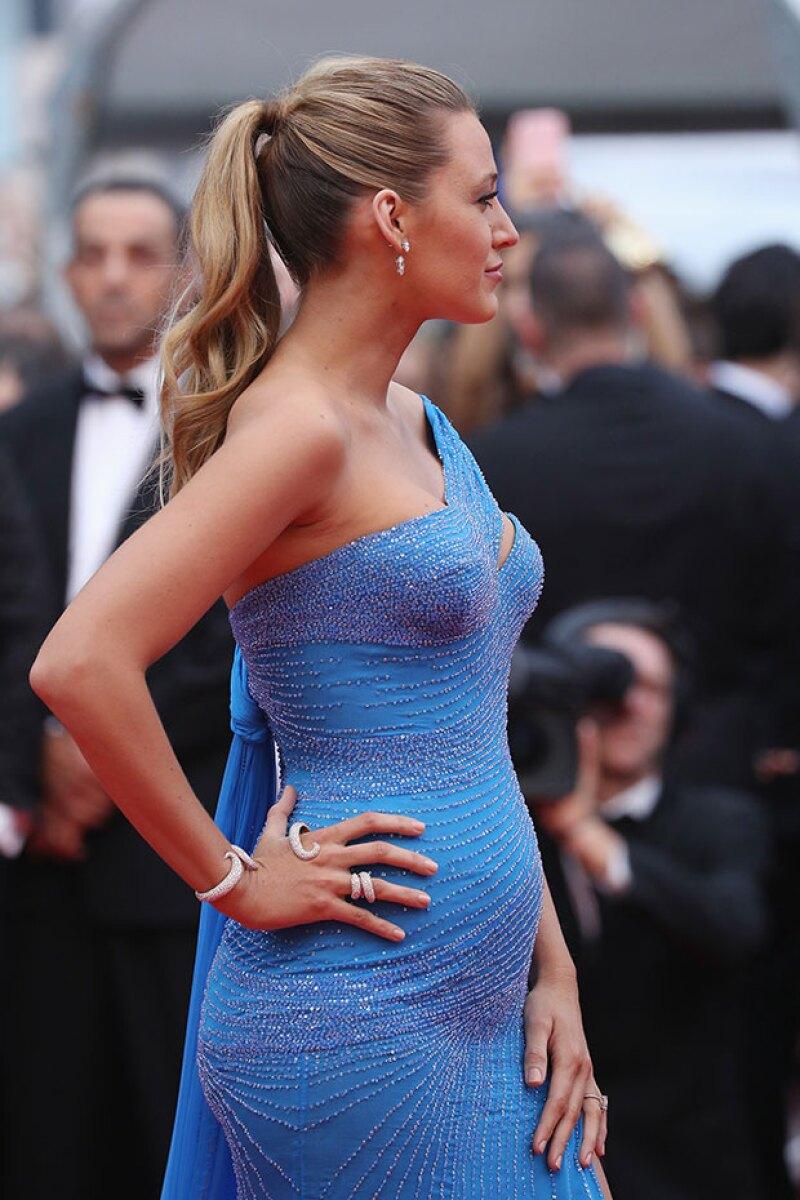 El entallado vestido azul dejaba al descubierto los pocos memes de embarazo de Blake.