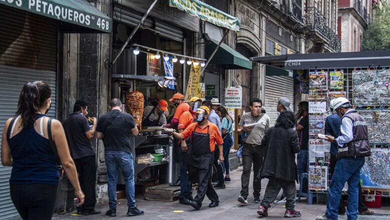 Los establecimientos de comida solo tienen permitido el servicio para llevar lo que en algunos establecimientos del Centro Histórico se genera aglomeración en la vía pública