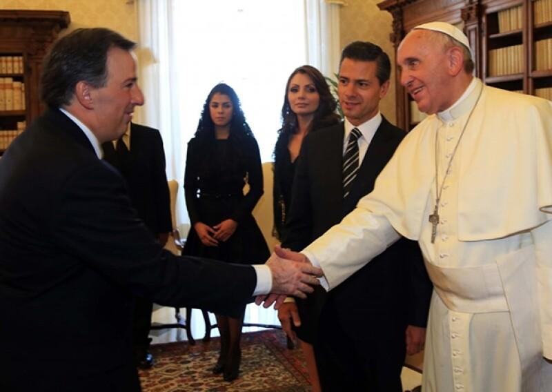 Paulina Peña Pretelini y Angélica Rivera acompañaron al mandatario en su compromiso.