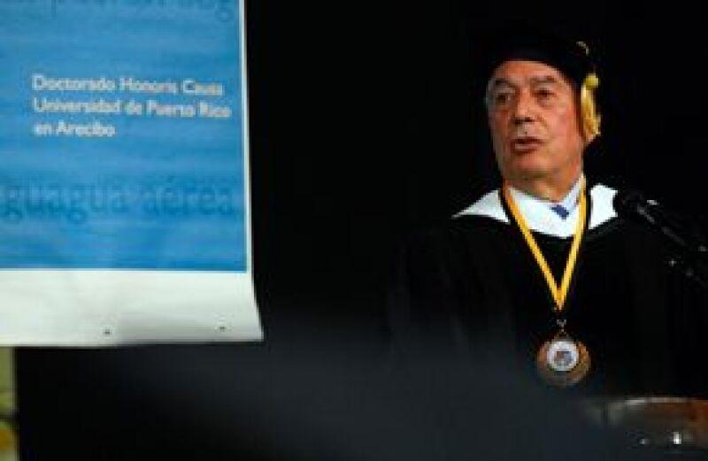 La Universidad Simón Bolívar de Venezuela reconoció la labor del escritor como creador literario y defensor de los principios de la libertad.