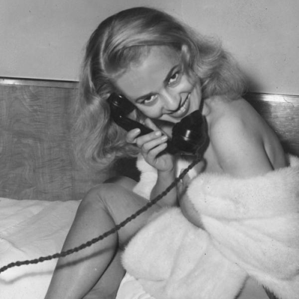 Moreau fue considerada como símbolo de sensualidad, además de ser una de las interpretes con más reconocimiento de Francia en los años 60. Su inigualable rostro fue fuente de inspiración para cinea...
