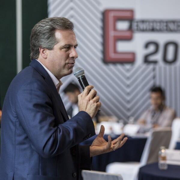Durante el desarrollo de su segundo día de mentorías, los finalistas fueron asesorados por Carlos Labarthe (der.) y Carlos Danel (izq), fundadores del banco de microfinanzas Gentera, quienes fungieron como padrinos de generación de la edición 2015.