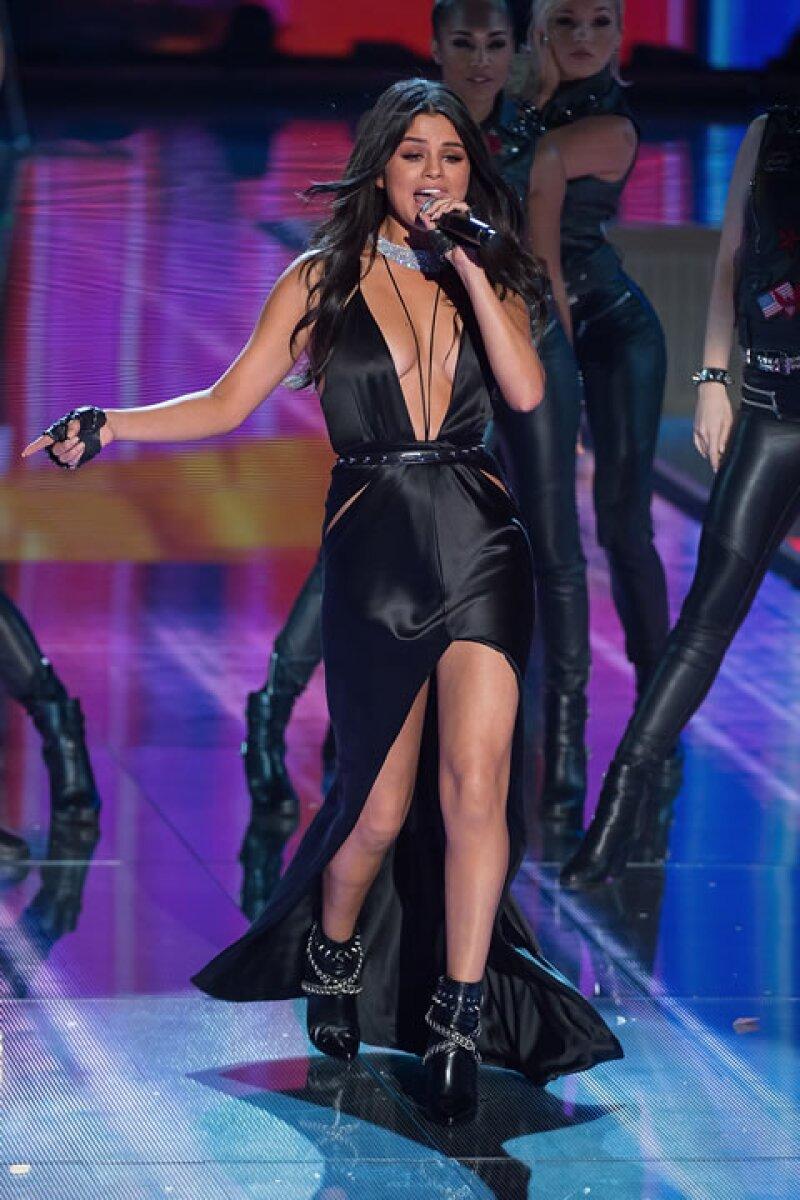 Selena Gomez derrochó sexytud a su paso por la famosa pasarela.