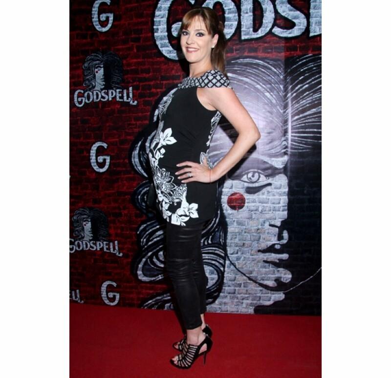 """Ayer por la noche Chantal Andere, Lidia Ávila y Mariana Ochoa desfilaron por la alfombra roja del estreno del musical """"Godspell"""", luciendo cada una su desarrollado embarazo."""
