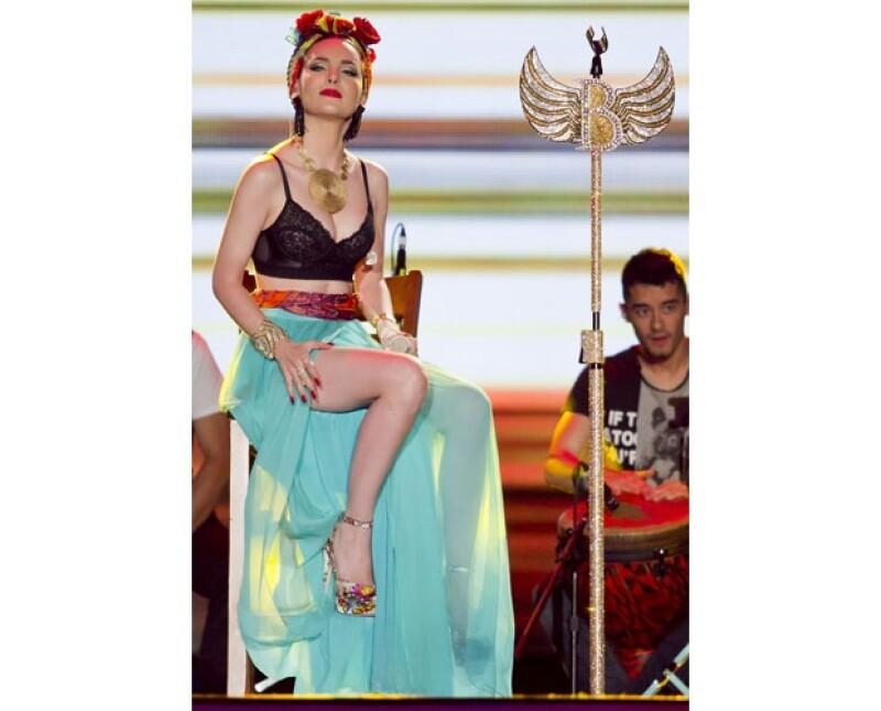 Belinda vistió muy sexy para los premios Oye! en Mazatlán y aprovechó el caluroso clima para lucir un top negro de encaje con una falda color menta.
