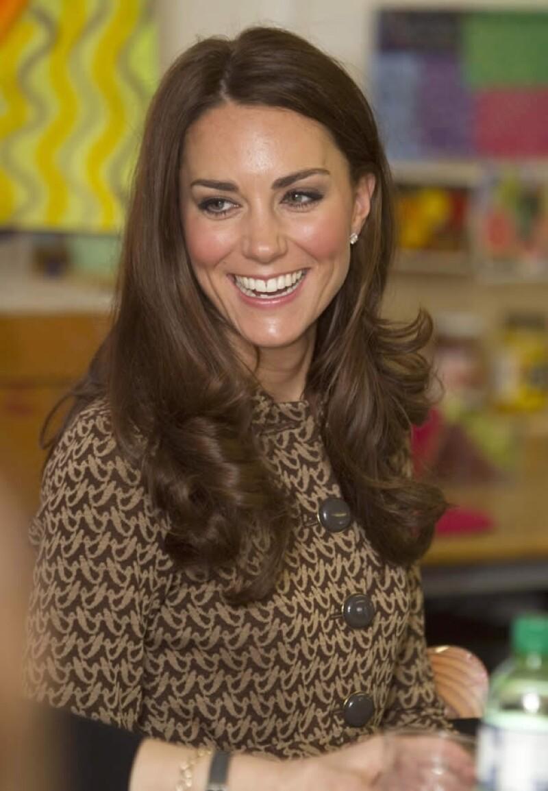 La Duquesa de Cambridge visitó `The Art Room´, una organización que da clases de pintura a niños con problemas de comportamiento, ahí se lució con su outfit.