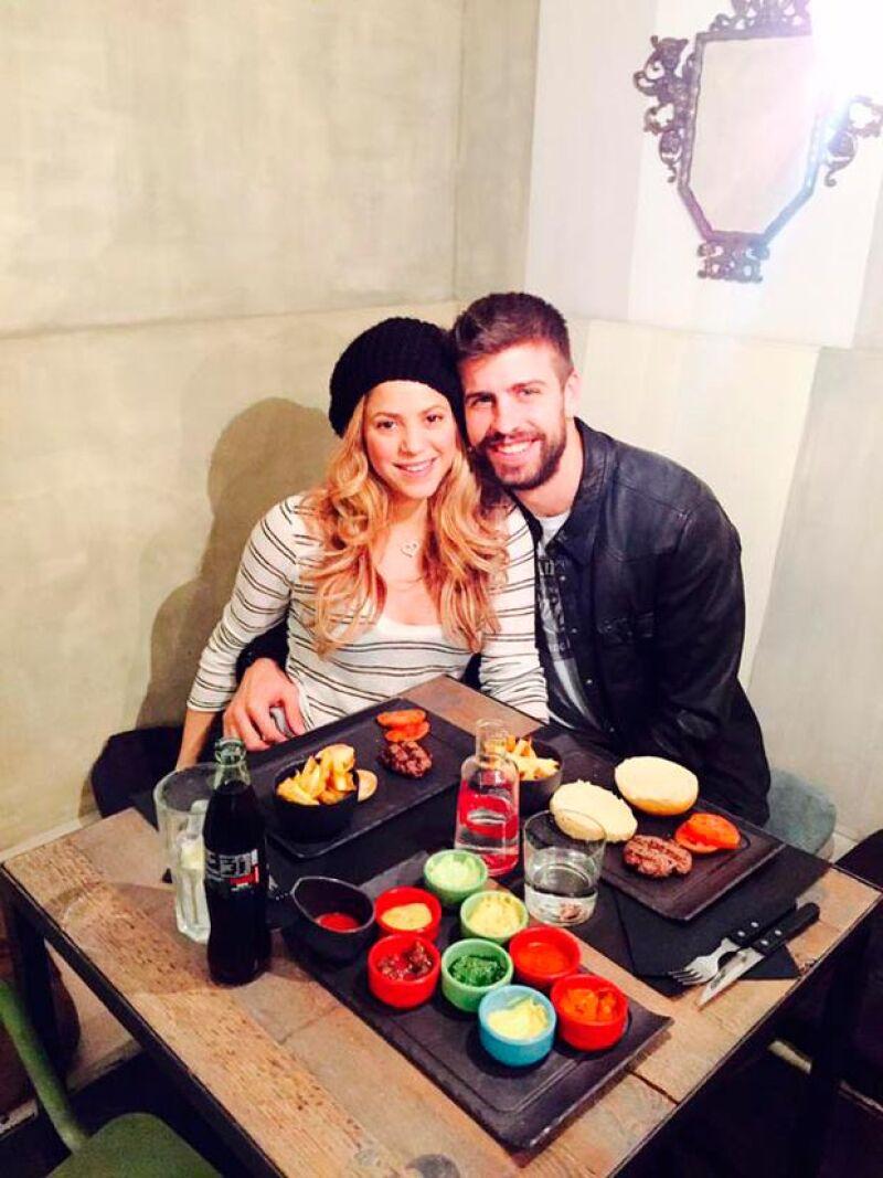 La pareja decidió festejar San Valentín por adelantado con una salida nocturna por las calles de Barcelona.