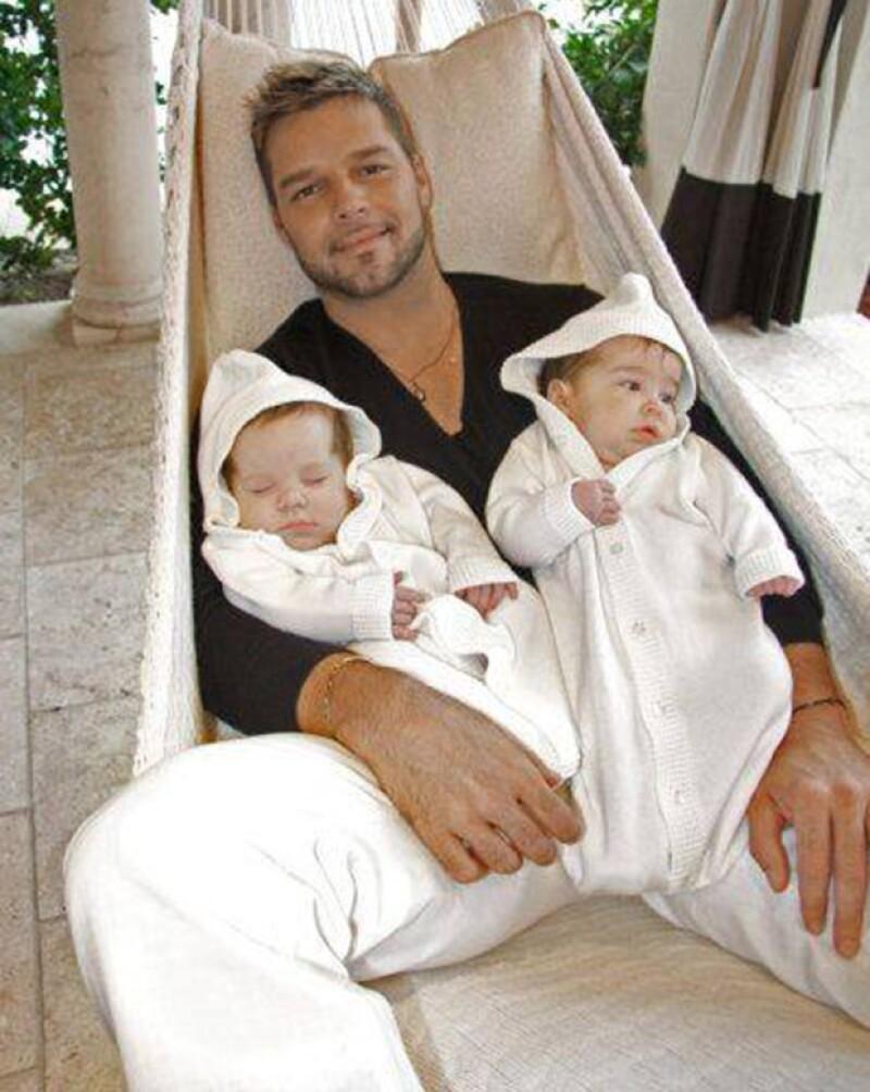 Matteo y Valentino, los hermosos gemelos del cantante, hacen de las suyas durante un viaje en helicóptero.