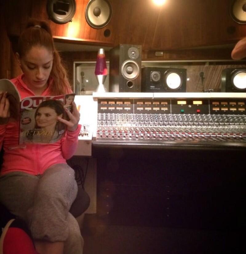 Mientras acompaña a su novio, Ceci disfruta leer su revista Quién.