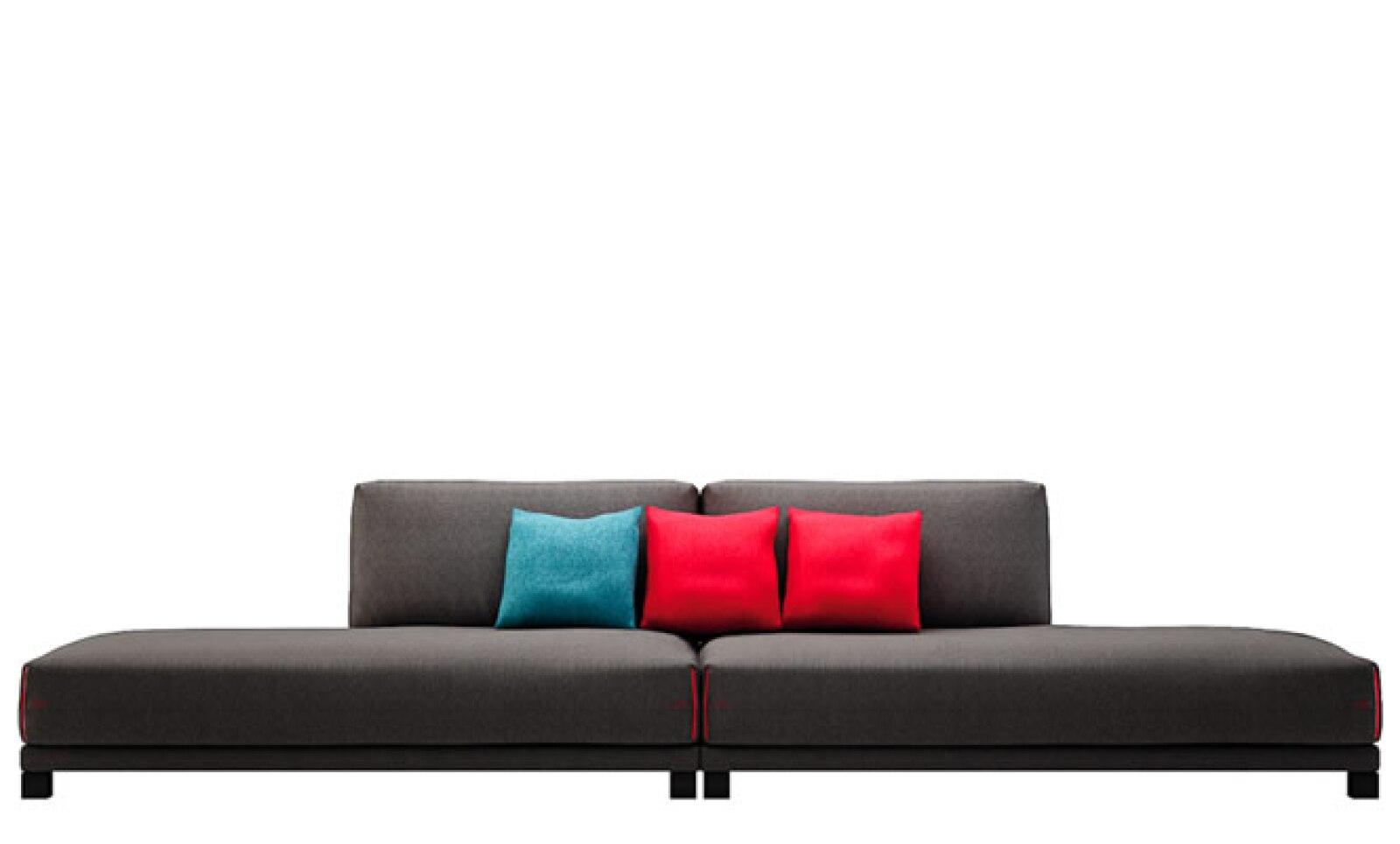 Este sofá de Natuzzi se puede ampliar de la parte de atrás para cambiar completamente su apariencia.
