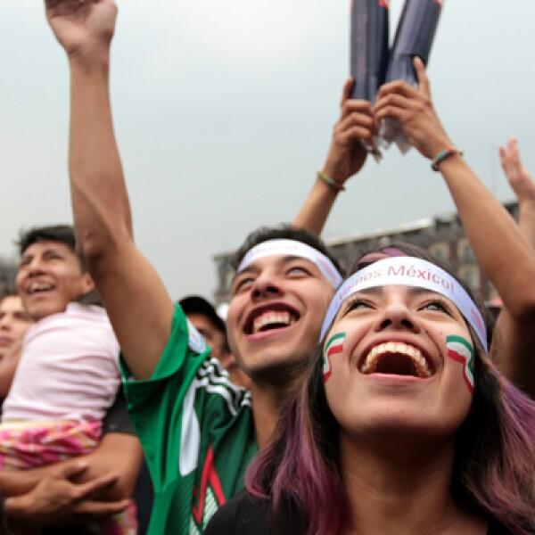 Los asistentes a la Plaza de la Constitución sonreían ante cada anotación de la selección mexicana que la llevó a los octavos de final del Mundial al vencer 3-1 a Croacia.