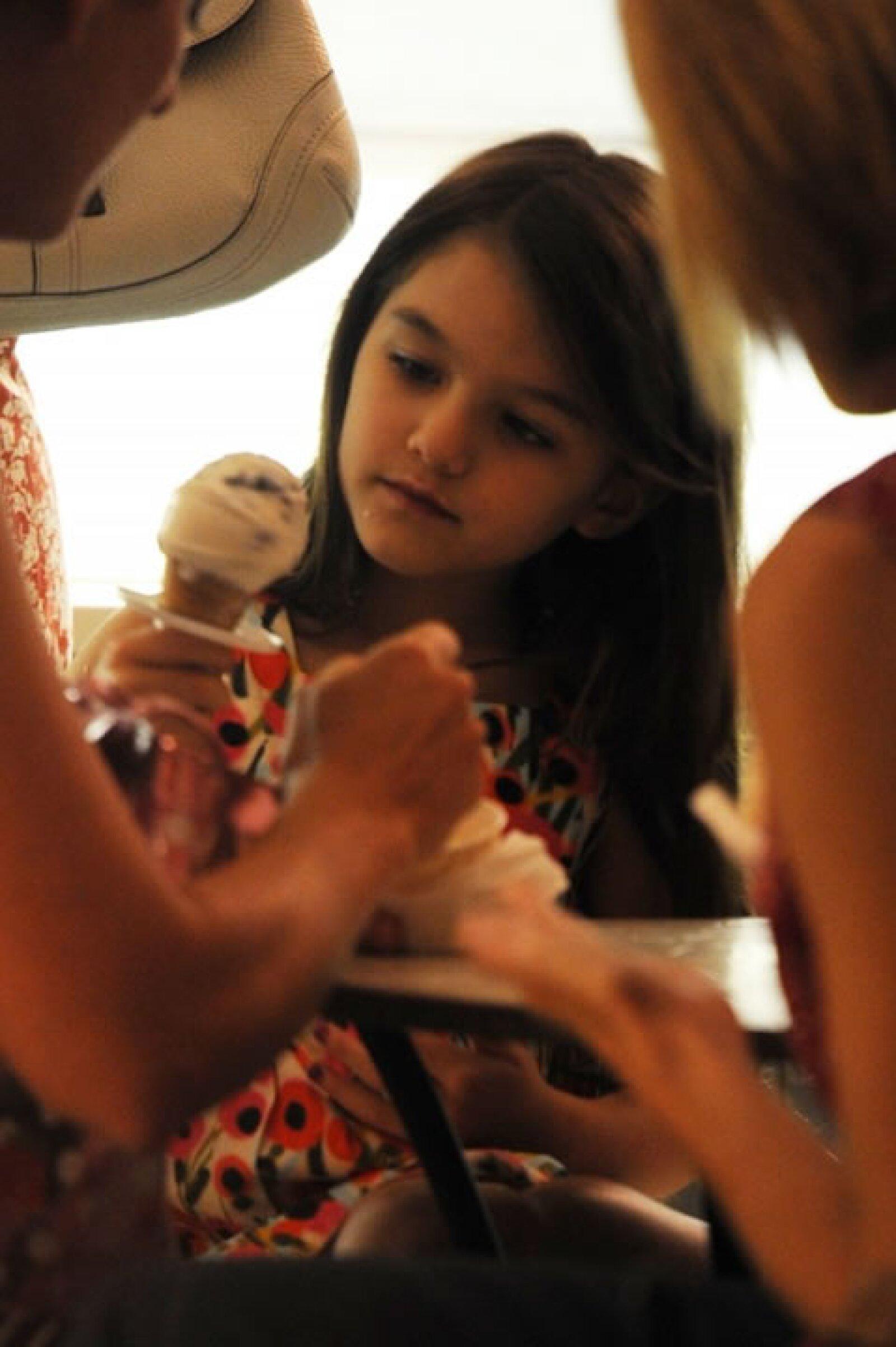 El 29 de junio sus padres mediante un comunicados dieron a conocer la noticia que se separaban. Unos días después Suri salió con su madre a comer un helado.