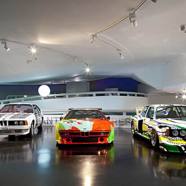 La idea de que un artista engalanara un automóvil fue del subastador y piloto francés, Hervé Poulain.