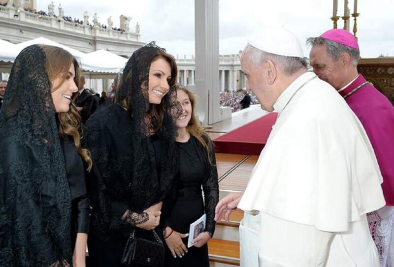 Angélica Rivera y sus hijas en su visita con el Papa.
