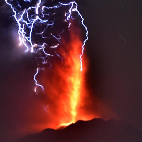 La erupción del Calbuco ocurrió de manera inesperada, ya que los ojos de los expertos se concentraban en la atención de otros volcanes. La actividad sólo fue precedida por un enjambre sísmico y ruidos subterráneos imperceptibles para la población.