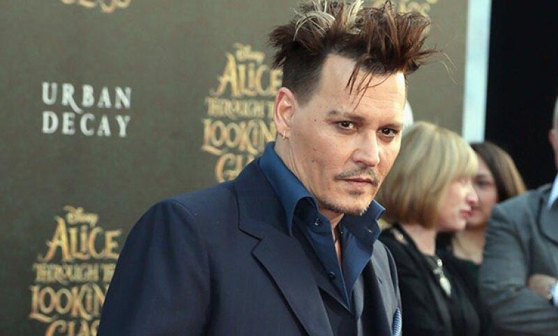 Justo como lo hizo con el tatuaje que le dedicó a Winona cuando andaban, el actor modificó uno que tenía de su aún esposa en la mano.
