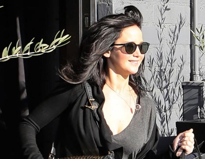 La actriz fue vista saliendo de un salón en Beverly Hills donde se tiñó el pelo de un tono mucho más oscuro que el anterior, al día siguiente de la entrega del Oscar..