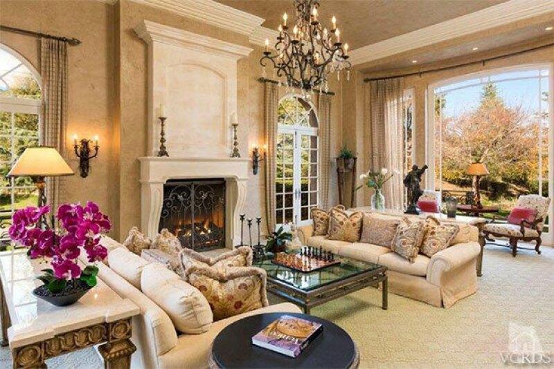 La propiedad cuenta, además, con otra casa con alberca interior y cava.