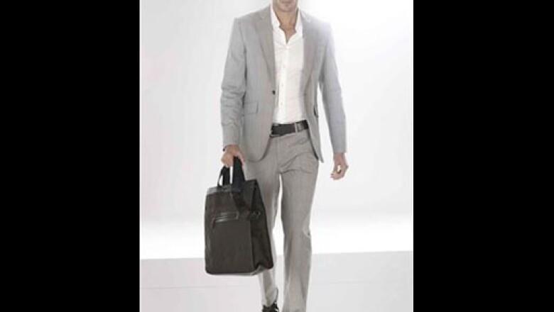 Este traje gris en lana-seda, es ideal para llevar con una camisa de algodón satinado.