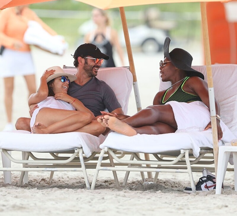 La pareja fue captada platicando con la reconocida tenista en South Beach, a decir por las fotografías pasaron un gran rato juntos.
