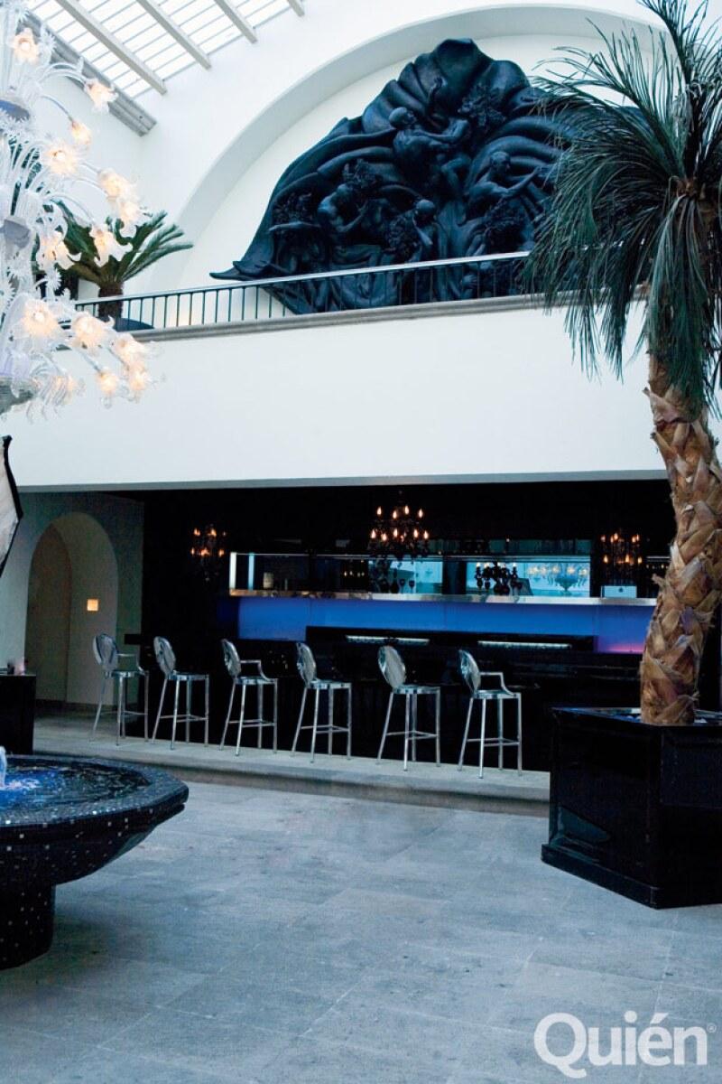 El bar es del diseñador Philippe Starck. Arriba una escultura de Anuar Maauad.