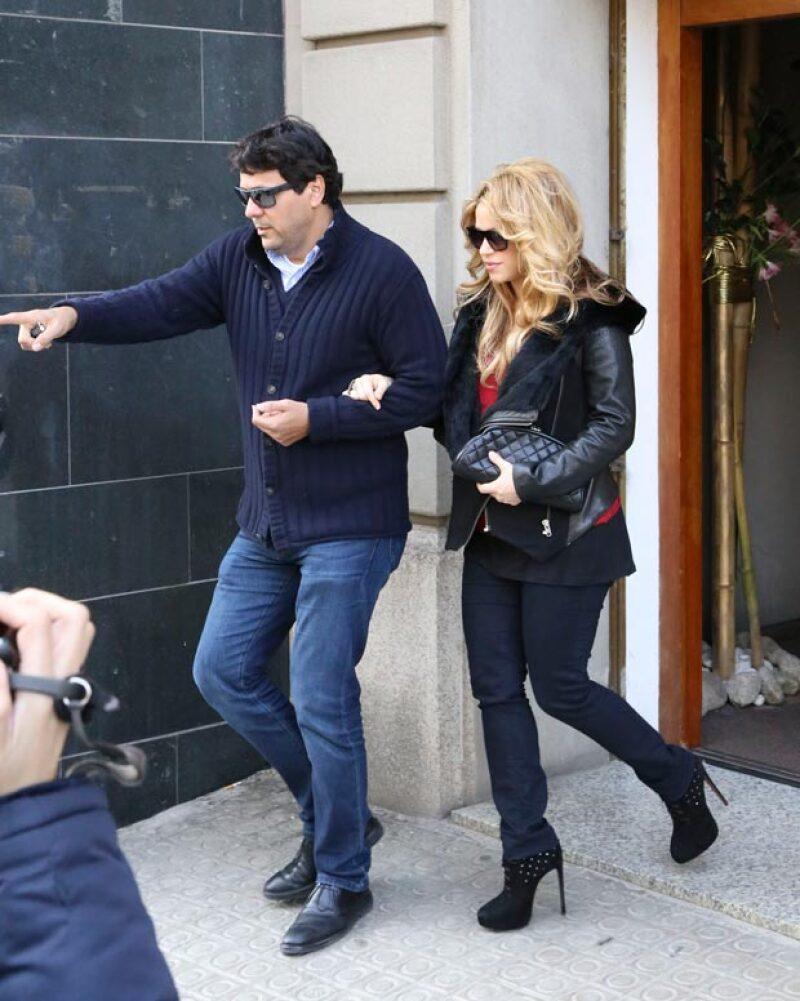Shakira salió de un restaurante y dejó lucir su delgada figura, la cual apenas se está recuperando tras el embarazo.