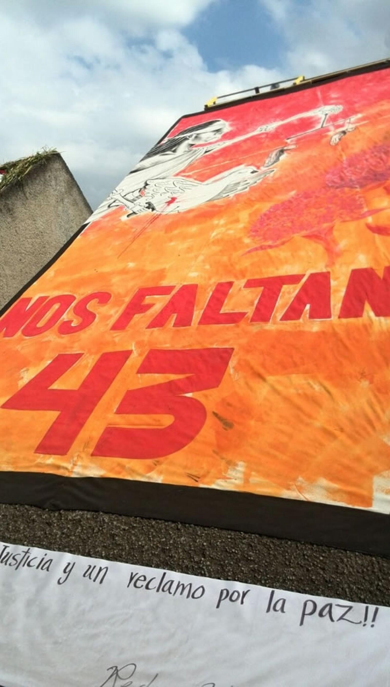En una pared de la calle Regina, se observa a la justicia y una solicitud: Nos faltan 43