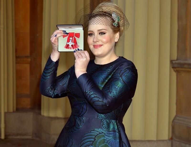 La cantante fue reconocida con la Orden del Imperio Británico, la cual fue entregada por el hijo de la reina Isabel II en un evento llevado a cabo en el Palacio de Buckingham.
