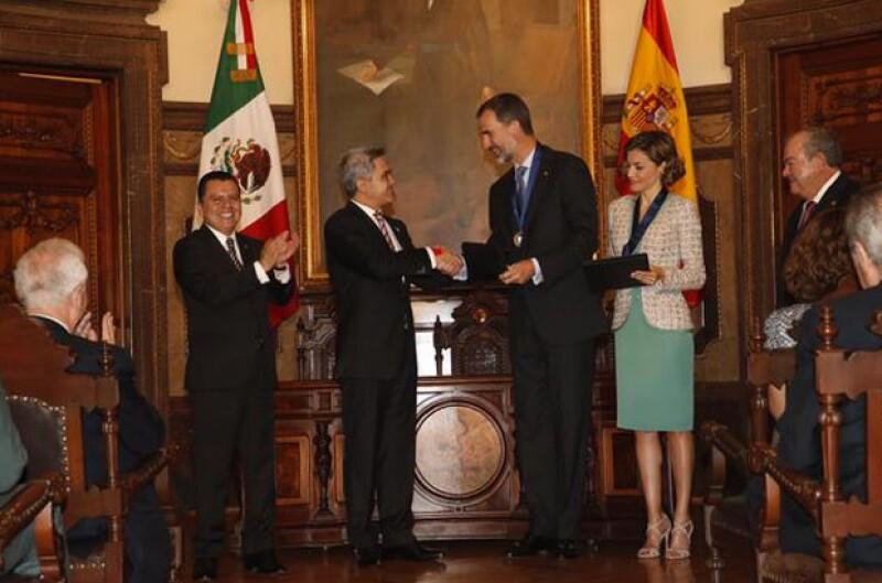 Mancera estrechando la mano de Felipe de España.