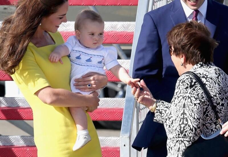El príncipe George saludando a Lynne Cosgrove.